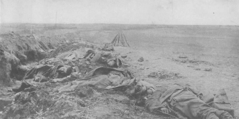 Убитые русские солдаты в траншеях